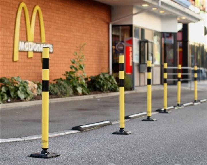 Kickback Poller als Verkehrsleitsystem bei Fast Food Ketten